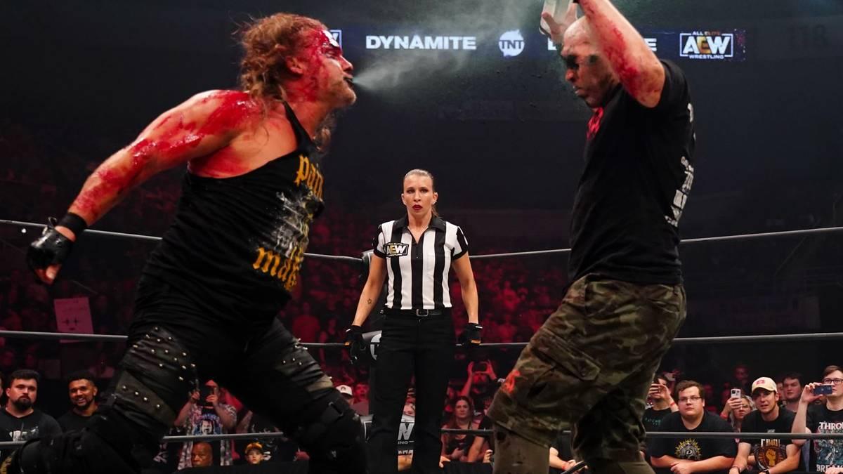 Das Match zwischen Chris Jericho (l.) und Nick Gage bei Dynamite bringt AEW Ärger ein