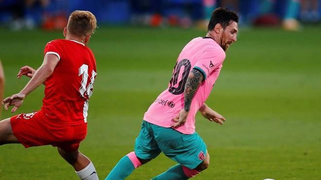 Lionel Messi (r.) hatte gegen Girona trotz gewöhnungsbedürftigen Trikots seinen Spaß