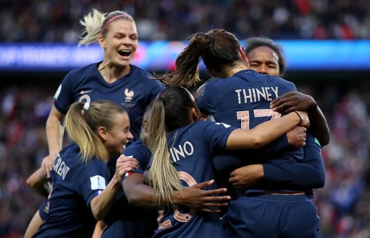 Der perfekte Start für die Gastgeberinnen: Frankreich hat bei der Frauen-WM das Eröffnungsspiel gegen Südkorea furios mit 4:0 gewonnen und die Titelambitionen untermauert