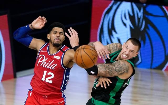 Kampf um den Ball: Tobias Harris (Philadelphia 76ers) gegen Daniel Theis von den Boston Celtics