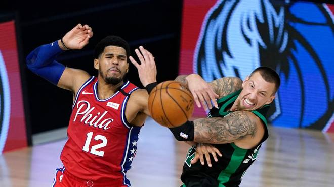 Kampf um den Ball: Tobias Harris (Philadelphia 76ers) gegen Daniel Theis von den Boston Celtics