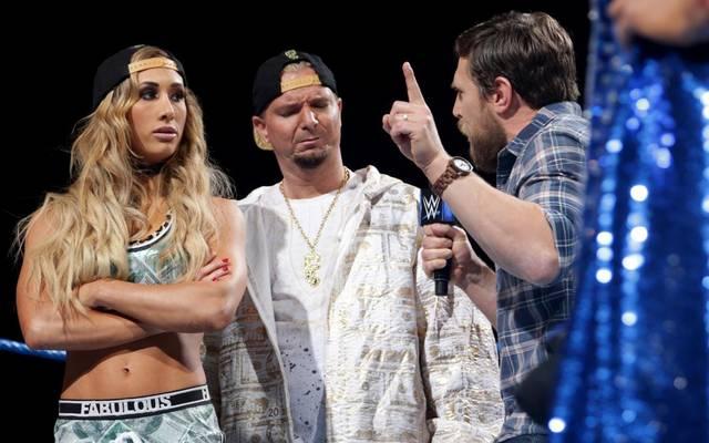 Bei WWE SmackDown Live wies Daniel Bryan (r.) Carmella und James Ellsworth in die Schranken