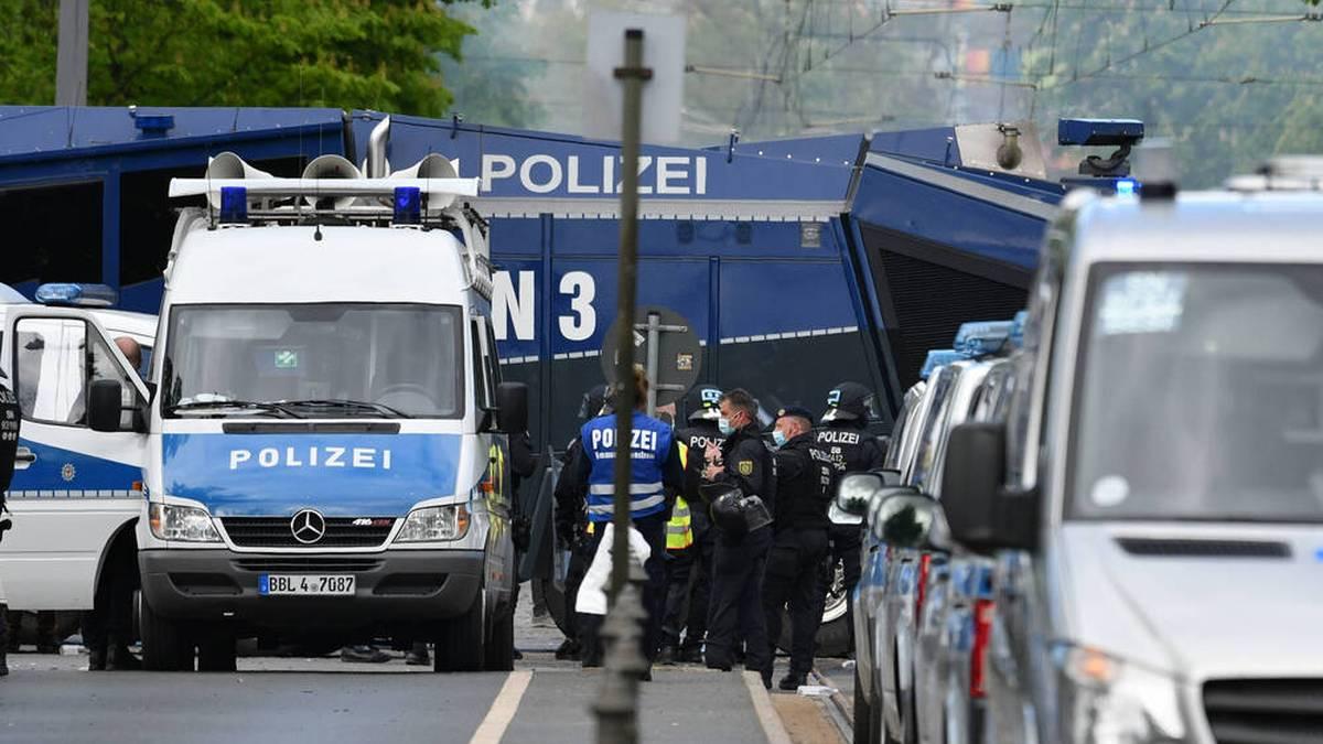 Großes Polizeiaufgebot vor dem Stadion von Dynamo Dresden: Es gibt Fan-Randale und heftige Auseinandersetzungen