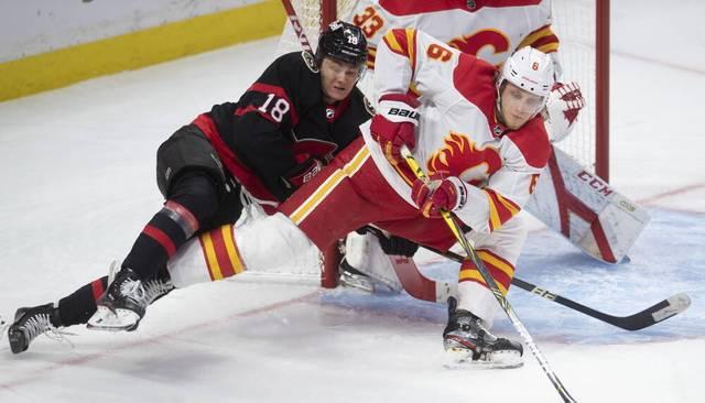 Tim Stützle (l.) haut sich für die Ottawa Senators voll rein