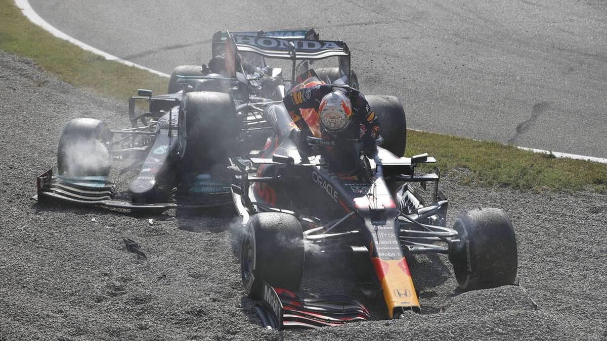 Max Verstappen (v.) landete nach dem Crash mit seinem Red Bull auf dem Mercedes von Lewis Hamilton
