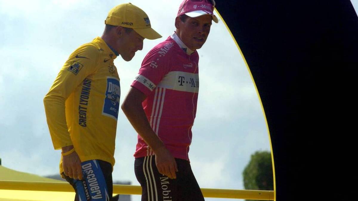 Gesamtsieger Lance Armstrong und Jan Ullrich verlassen die Siegerehrung nach der Tour de France 2005