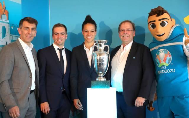 Philipp Lahm (2. v. links) spendet sein Botschafter-Gehalt für die EM 2020 an den Bayerischen Fußball-Verband