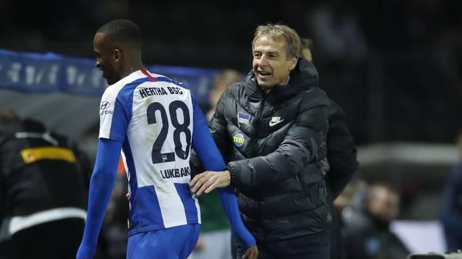 Hertha-Stürmer Dodi Lukebakio (l.) ließ Jürgen Klinsmann in letzter Minute jubeln