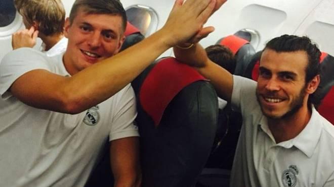 Toni Kroos und Gareth Bale im Flugzeug