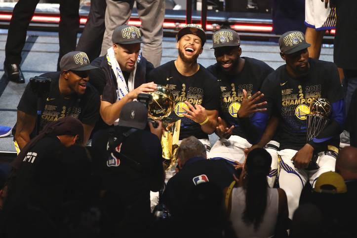 Vor einem Jahr war noch alles gut: Die Golden State Warriors feierten in Cleveland gegen LeBron James ihren dritten Meistertitel in vier Jahren. Alle Experten waren sich einig: dieses Team könnte die größte Dynastie werden. Andre Iguodala, Klay Thompson, Stephen Curry, Draymond Green and Kevin Durant (v.l.) bildeten ein fantastisches Lineup