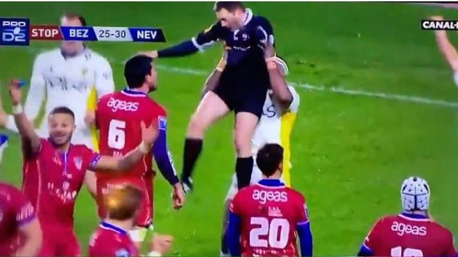Rugby-Profi Josaia Raisuqe hebt den Schiedsrichter als Jubel hoch