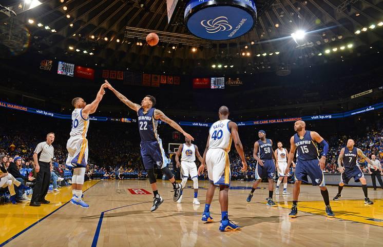 Der Wurf, der Geschichte schreibt: Im letzten Spiel der Regular Season in der NBA versenkt Stephen Curry von den Golden State Warriors seinen 400. Dreier der Saison. Am Ende des Spiels steht der MVP sogar bei 402 erfolgreichen Distanzwürfen