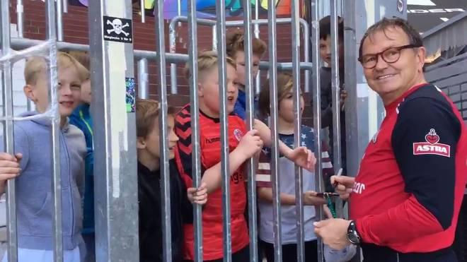 Ewald Lienen redet jungen Fans des FC St. Pauli Bastian Schweinsteiger aus