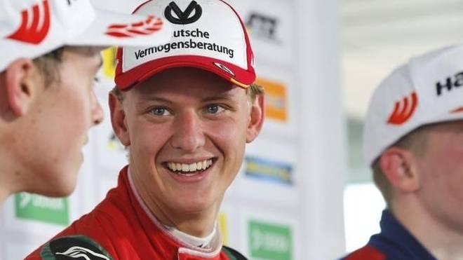 Mick Schumacher fährt auf dem Nürburgring das DTM-Renntaxi