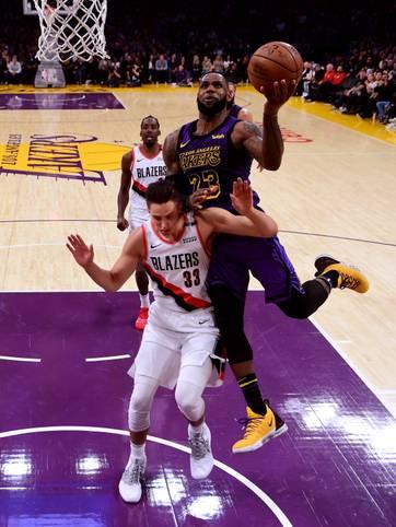 Um LeBron James zu beschreiben, gehen einem die Superlative so langsam aus. Nun liefert er auch bei den Los Angeles Lakers seine erste echte riesige Show ab. Beim 126:117-Erfolg gegen die Portland Trail Blazers gelingen dem King nicht nur 44 Punkte, zehn Rebounds und neun Assists