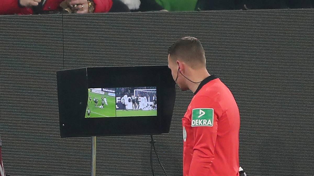 Robert Kampka trainiert aktuell wie alle Bundesliga-Referees den Einsatz des Videobeweises vor dem Monitor