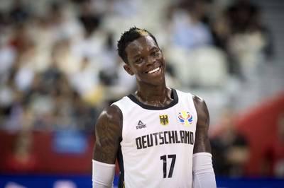Dennis Schröder beweist an seinem 28. Geburtstag Humor. Der deutsche NBA-Star fordert die Fans zu Witzen über sich selbst auf.