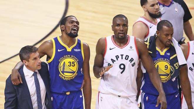 Kevin Durant (2.v.l.) von den Golden State Warriors könnte im Sommer Free Agent werden