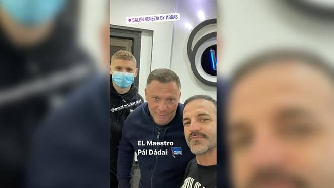 Hertha-Profi Marton Dardai trägt Maske, sein Vater und Trainer Pal (M.) und Friseur Abbas schaue ohne Maske in die Kamera.