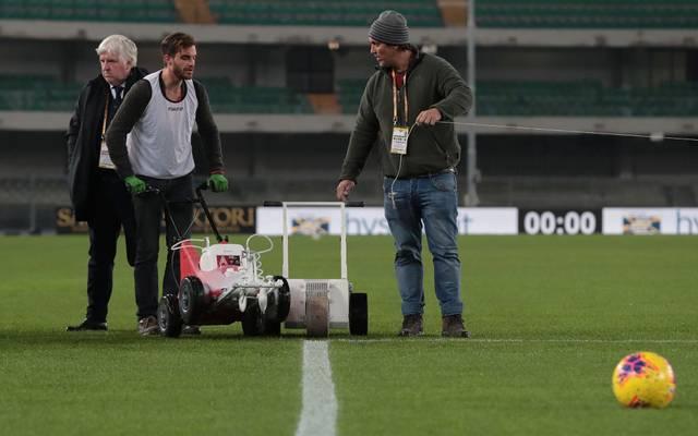 Wegen schief gezogener Strafraumlinien musste die Partie in Verona verspätet angepfiffen werden