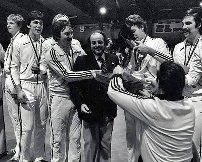 Im Finale bezwingt das Team von Trainer-Legende Vlado Stenzel (m.) die Sowjetunion mit 20:19 und startet eine Ära im deutschen Handball. An der Seite von Wunderlich (1. v. li.) spielen unter anderem Heiner Brand (1. v. re.) und Joachim Deckarm