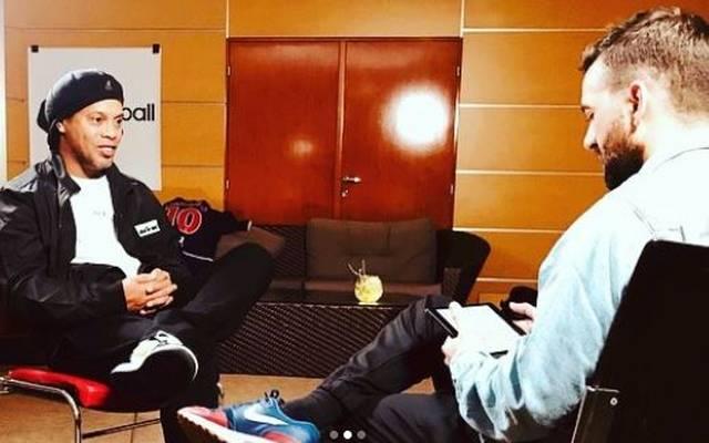 Im Dezember traf Domenach (r.) den ehemaligen Weltfußballer Ronaldinho zum Interview