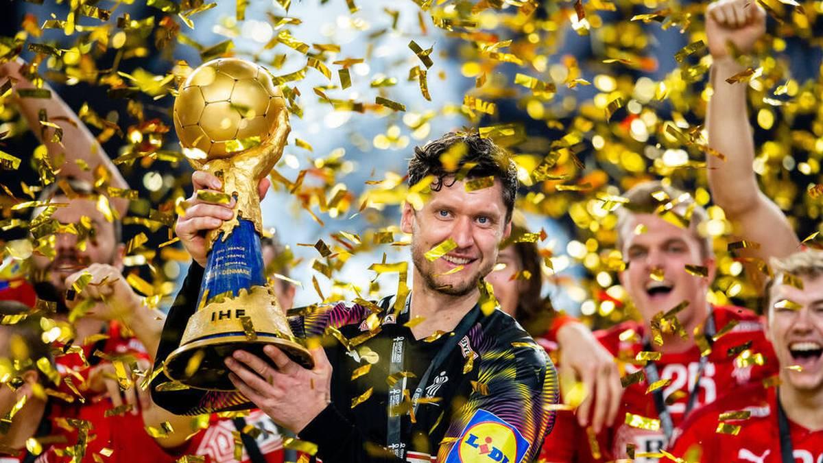 Niklas Landin mit dem WM-Pokal