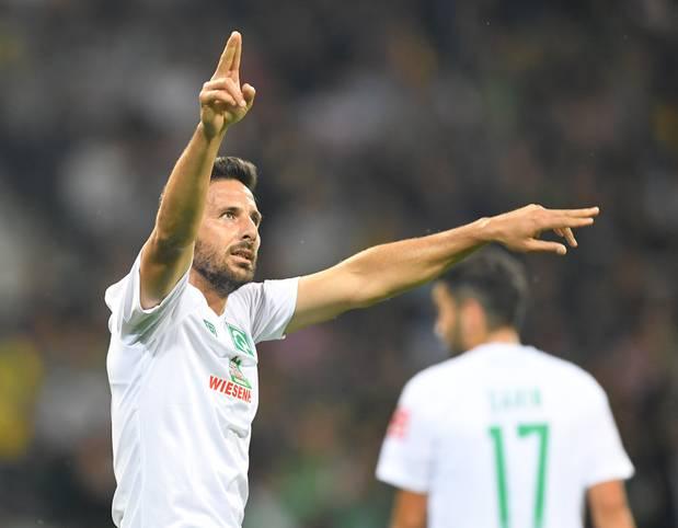 """Er hat wieder zugeschlagen! Werder Bremen gewinnt gegen den Oberligisten Atlas Delmenhorst in dessen """"Jahrhundertspiel"""" mit 6:1 im Weserstadion durch. Oldie Claudio Pizarro erzielt als Joker einen Doppelpack!"""