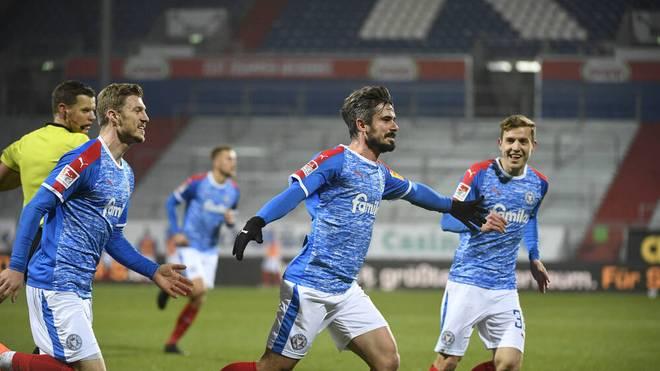 Fin Bartels und Teamkollegen bejubeln den Siegtreffer gegen Nürnberg