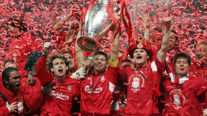 Steven Gerrard (Bildmitte) hebt den Henkelpott in die Höhe