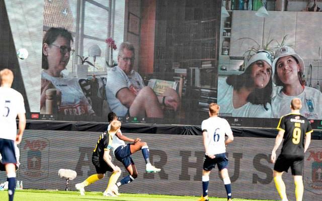 Auf dem Sofa live dabei: Aarhus GF zeigte die Fans auf Videoleinwänden im Stadion