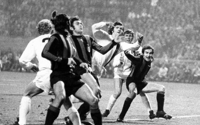 Italiens früherer Nationalspieler Mauro Bellugi, hier beim legendären Gladbacher Büchsenwurfspiel gegen Inter Mailand, verstarb im Alter von 71 Jahren