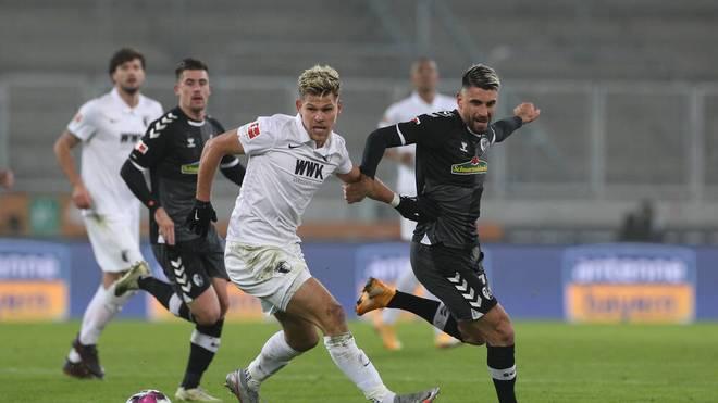 Der SC Freiburg (schwarz) gab beim FC Augsburg eine Führung aus der Hand