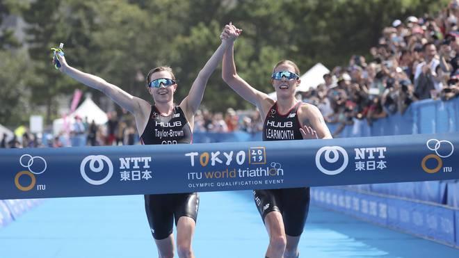Die beiden Britinnen Georgia Taylor-Brown und Jessica Learmonth laufen Hand in Hand ins Ziel - ein folgenschwerer Fehler