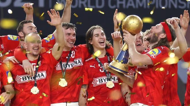 Mikkel Hansen (r.) stemmt den WM-Pokal zum zweiten Mal in Folge für Dänemark in die Höhe