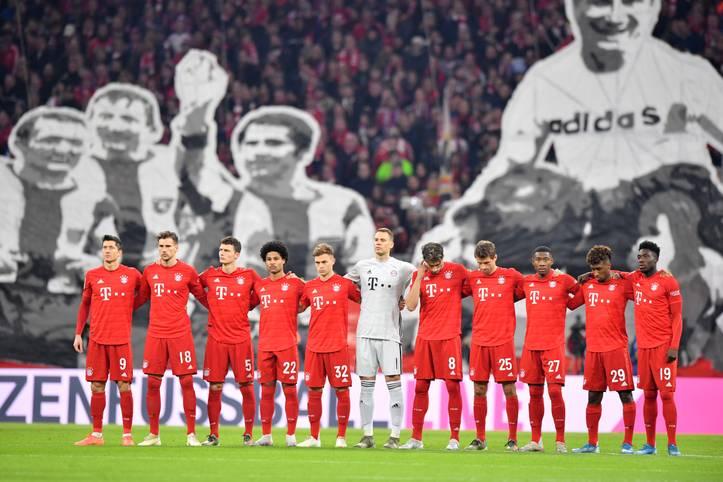 Vorhang auf zum Topspiel! Die Bayern-Fans widmen unter anderem Uli Hoeneß ein Choreo. Für die Klublegende ist es das letzte Spiel als Präsident