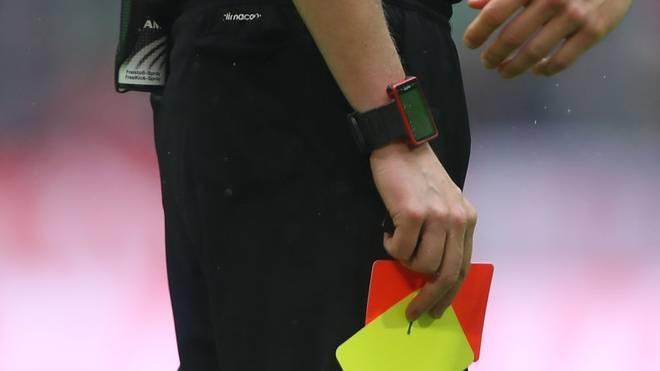 Ein Schiedsrichter-Assistent wurde von einem Spieler zu Boden geschlagen