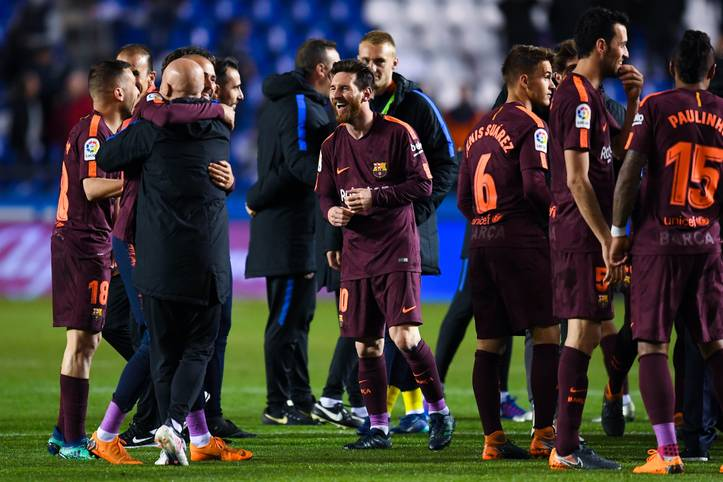 Großer Jubel beim FC Barcelona! Durch den 4:2-Sieg bei La Coruna sichern sich die Katalanen am Sonntag vorzeitig den 35. Meistertitel. Einen Tag später steht die traditionelle Meisterparade an