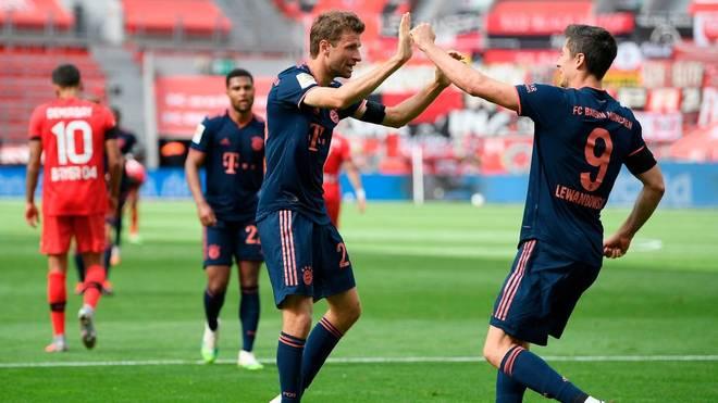 Thomas Müller feiert den Treffer von Robert Lewandowski, den er vorbereitet hat
