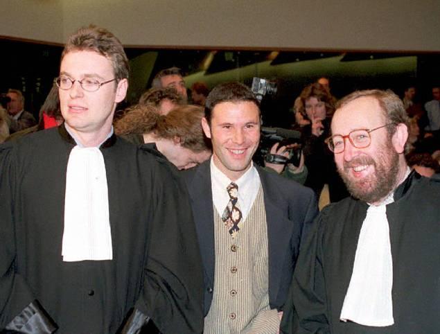 Es ist ein Lachen, das die Sport-Welt verändert: Am 15. Dezember 1995 erringt der belgische Profi Jean-Marc Bosman (Mitte, hier umringt von seinen Anwälten) vor dem Europäischen Gerichtshof einen historischen Sieg.  Er setzt durch, dass Fußball-Profis aus der EU nach Ablauf ihres Vertrags ablösefrei den Verein wechseln dürfen