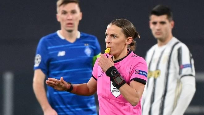 Stephanie Frappart war am Mittwochabend die erste Schiedsrichterin der Champions League. Sie pfiff die Partie zwischen Kiew und Juventus