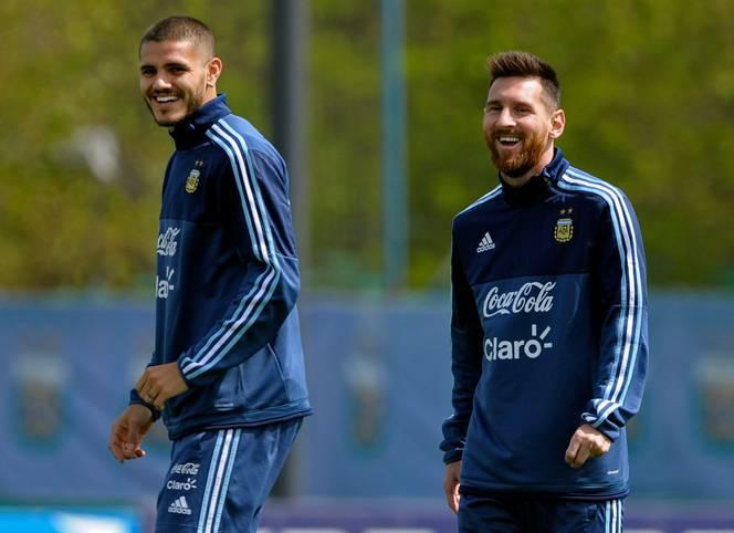 """Wie gut verstehen sich Mauro Icardi (l.) und Lionel Messi? Gerüchten, wonach beide Argentinier verkracht seien, widersprach Icardi nun. """"Er ist der beste Spieler der Welt und ich schätze ihn enorm"""", sagte der von Inter an PSG ausgeliehene Stürmer dem französischen TV-Sender """"Canal+"""" - und sprach auch über die Rolle seiner Frau"""