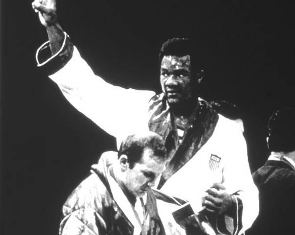 Ein ganz Großer des Schwergewichtsboxens wird 70: SPORT1 zeigt die besten Bilder von George Foreman. Seinen ersten Erfolg feiert er 1968, als er mit 19 Jahren Olympia-Gold gewinnt. Im Gegensatz zu anderen schwarzen US-Athleten schwenkt er bei der Siegerehrung die US-Flagge