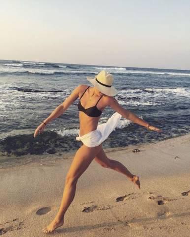 Wer verbirgt hier sein hübsches Gesicht beim Spaziergang am Strand? Es ist Tennis-Superstar Maria Scharapowa. Die Russin springt gedankenverloren umher und lässt sich einfach treiben. Sie ist nicht die einzige Schönheit der WTA-Tour, die die Zeit zwischen den Saisons im Urlaub genießt. SPORT1 zeigt, wie die Tennis-Beauties ihre Ferien genießen
