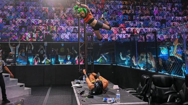 Shotzi Blackheart springt bei WWE NXT aus großer Höhe auf Indi Hartwell