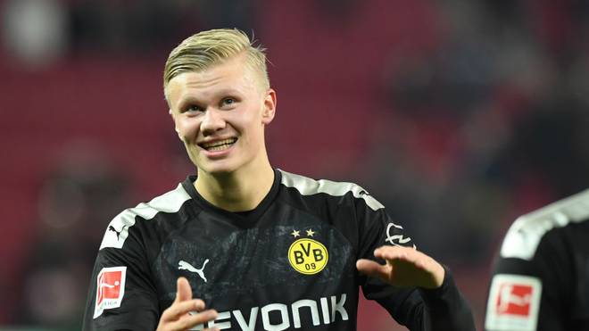 AUGSBURG, GERMANY - JANUARY 18: Erling Haaland of Borussia Dortmund celebrates with fans after the Bundesliga match between FC Augsburg and Borussia Dortmund at WWK-Arena on January 18, 2020 in Augsburg, Germany. (Photo by Sebastian Widmann/Bongarts/Getty Images)