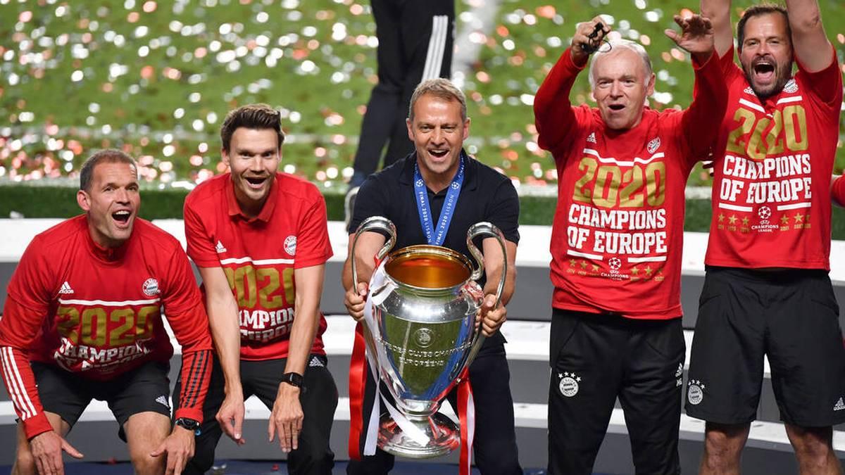 Erfolgsgespann beim FC Bayern: Hansi Flick (M.) und Co-Trainer Hermann Gerland (2.v.r.)