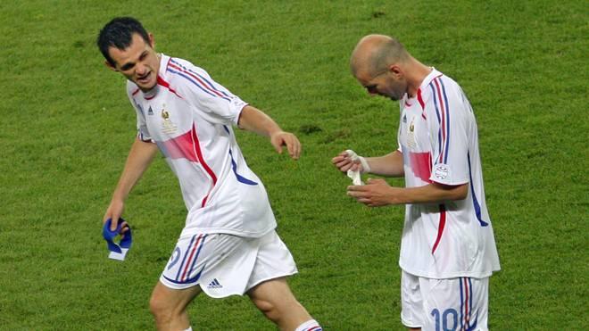 Zinedine Zidane reichte im WM-Finale nach der Roten Karte seine Kapitänsbinde an Willy Sagnol (l.) weiter