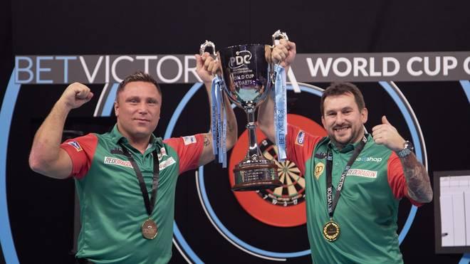 """Die Waliser Gerwyn Price (l.) und Jonny Clayton gewannen 2020 erstmals den """"World Cup of Darts"""""""