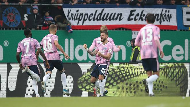 KIEL, GERMANY - NOVEMBER 09: The Players of Hamburger SV celebrate after scoring their first goal during the Second Bundesliga match between Holstein Kiel and Hamburger SV at Holstein-Stadion on November 09, 2019 in Kiel, Germany. (Photo by Cathrin Mueller/Bongarts/Getty Images)